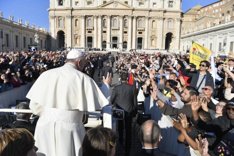 Una multitud saluda al Papa