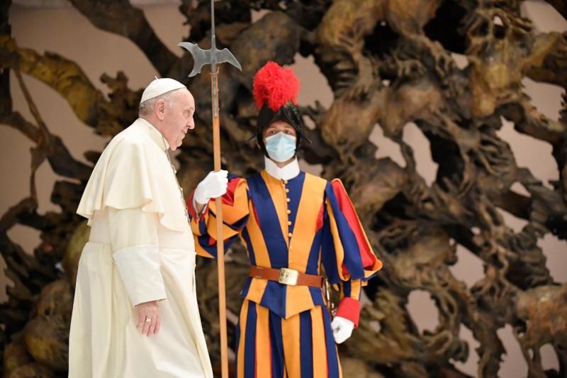 Papa y guardia suizo