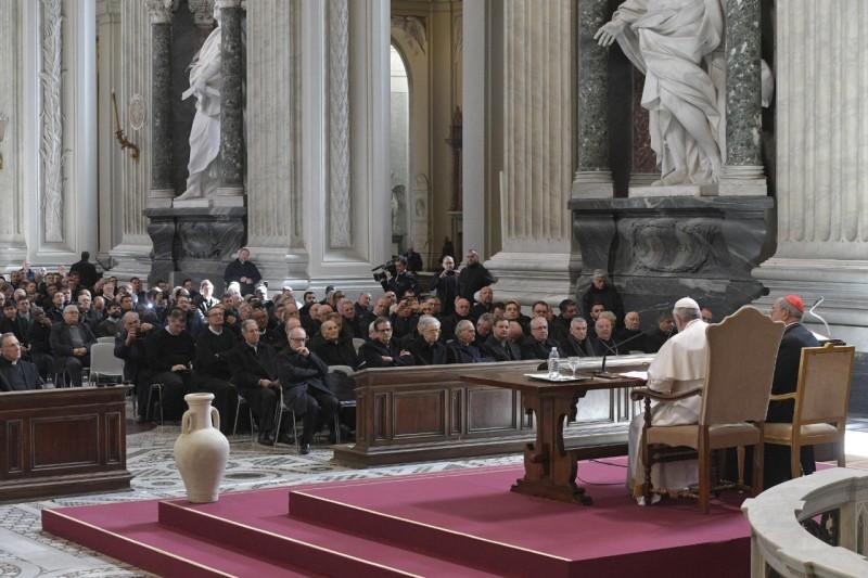 Bergoglio, con los curas de Roma
