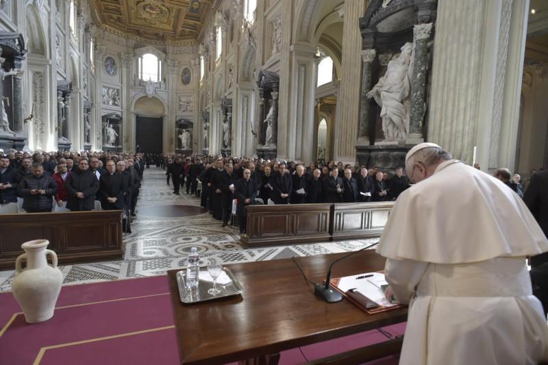 Francisco, con los curas de Roma