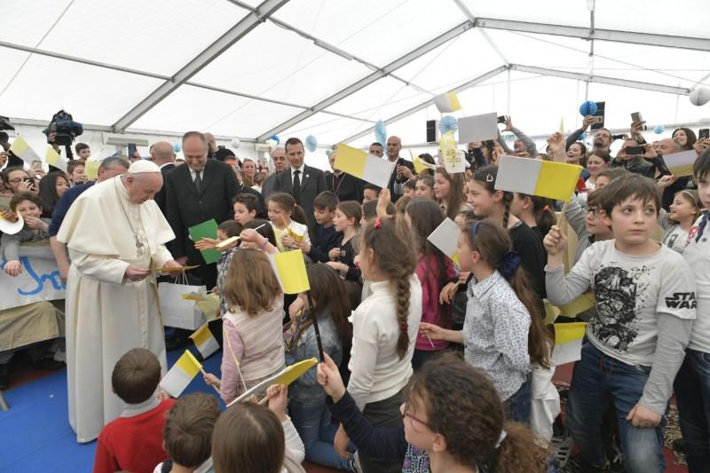 Francisco recibe mensajes de los niños en Monteverde