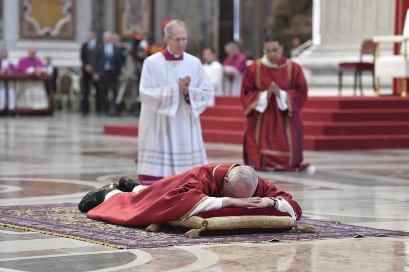 Francisco, postrado en el suelo de San Pedro