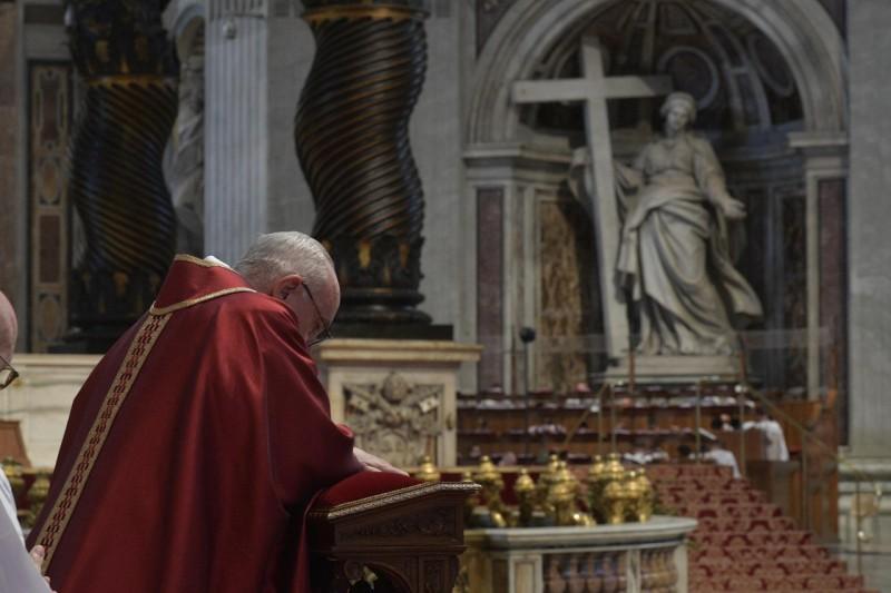 Francisco reza después de escuchar el Evangelio