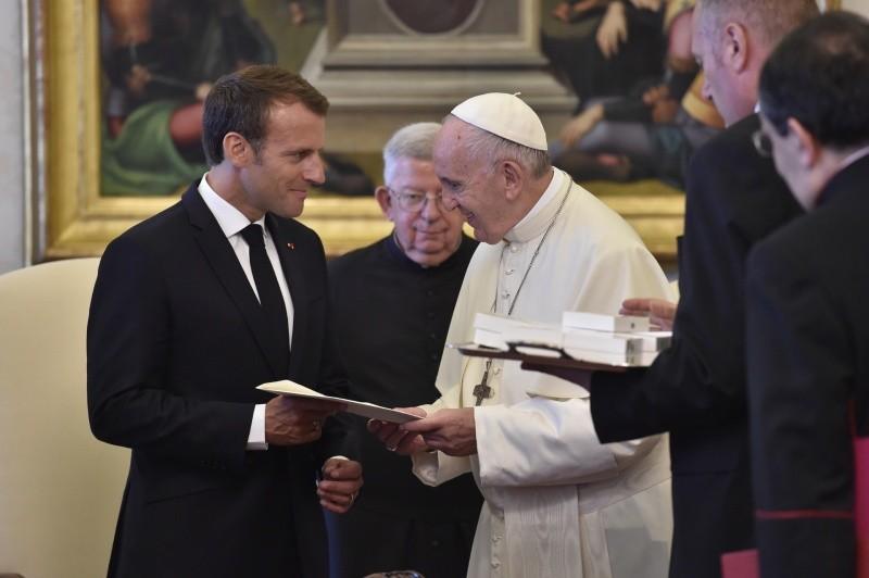 Resultado de imagem para Macron e papa FRancisco