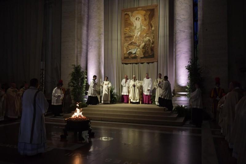 Ceremonia de encendido del cirio pascual